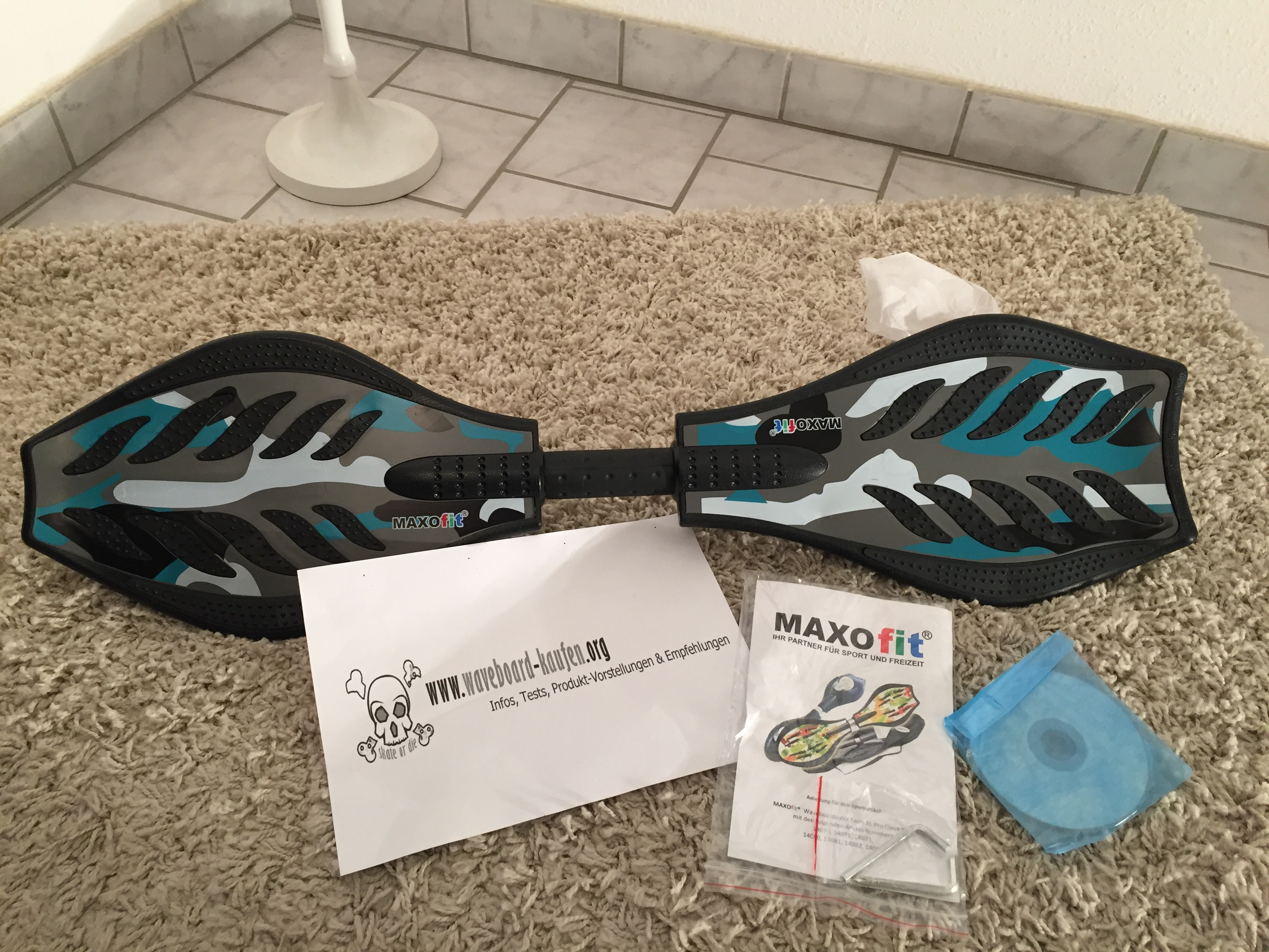 Das MAXOfit Pro XL (Deckseite zu sehen), CD, Werkzeug und Anleitung zu sehen