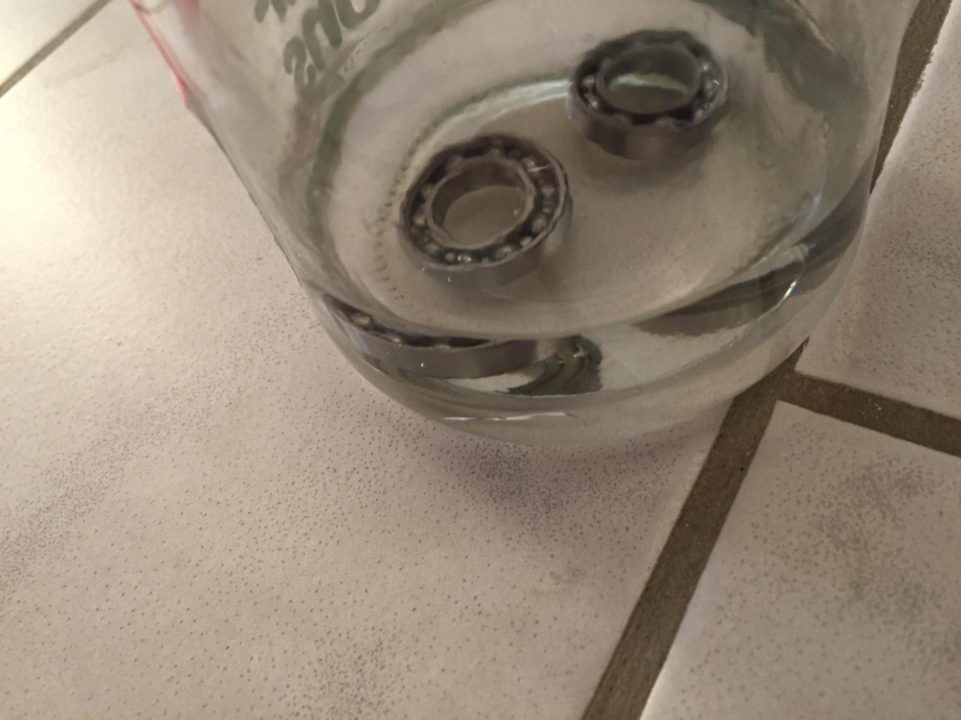 Die im, mit Pinselreiniger gefüllten, Glas liegenden Kugellager
