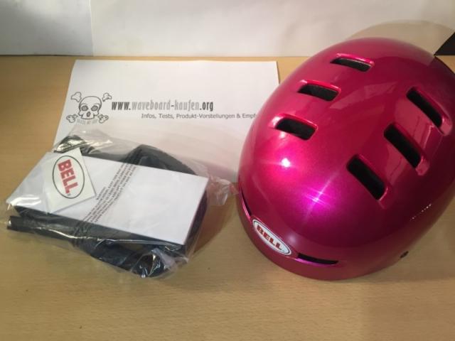 Der Bell Faction in Pink mit dem gesamten Lieferumfang - Schutzhelm, Ersatzpolster, Bedienungsanleitung und Aufkleber