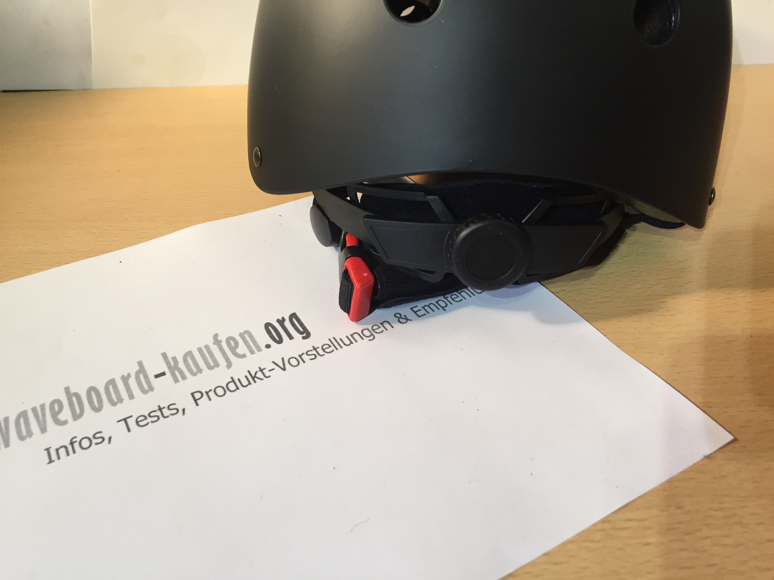 Das hintere Verschlusssystem des Maxnon Schutzhelms in der Nahaufnahme - ein Rad zum anpassen der Helmgröße an die individuelle Kopfgröße