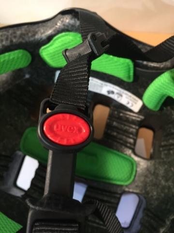 Der Kinnverschluss des UVEX HLMT 5 in der Nahaufnahme - verstellbar mit nur einer Hand per Knopfdruck