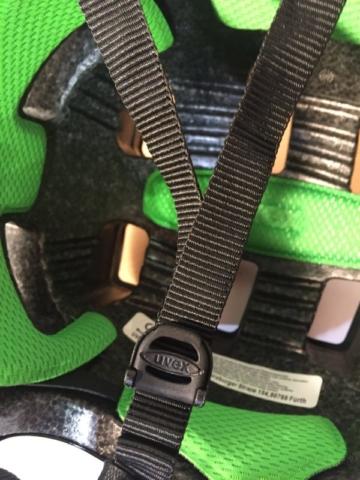Der UVEX Schnellspanner für die Seitengurte - Hebelsystem