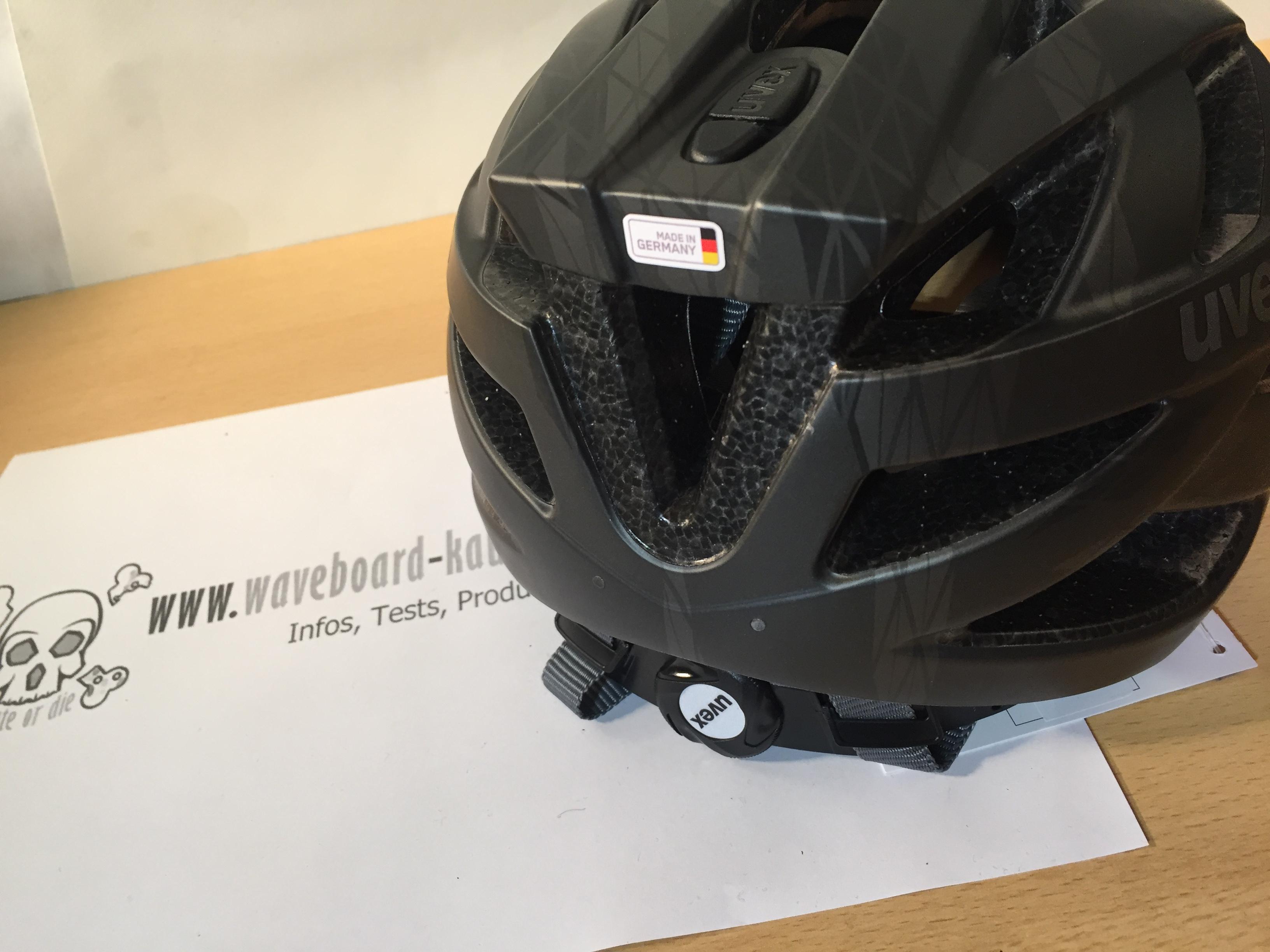 Die Rückseite des Helms in der Nahaufnahme fotografiert. Das verstellsystem für den Hinterkopf ist zu sehen.