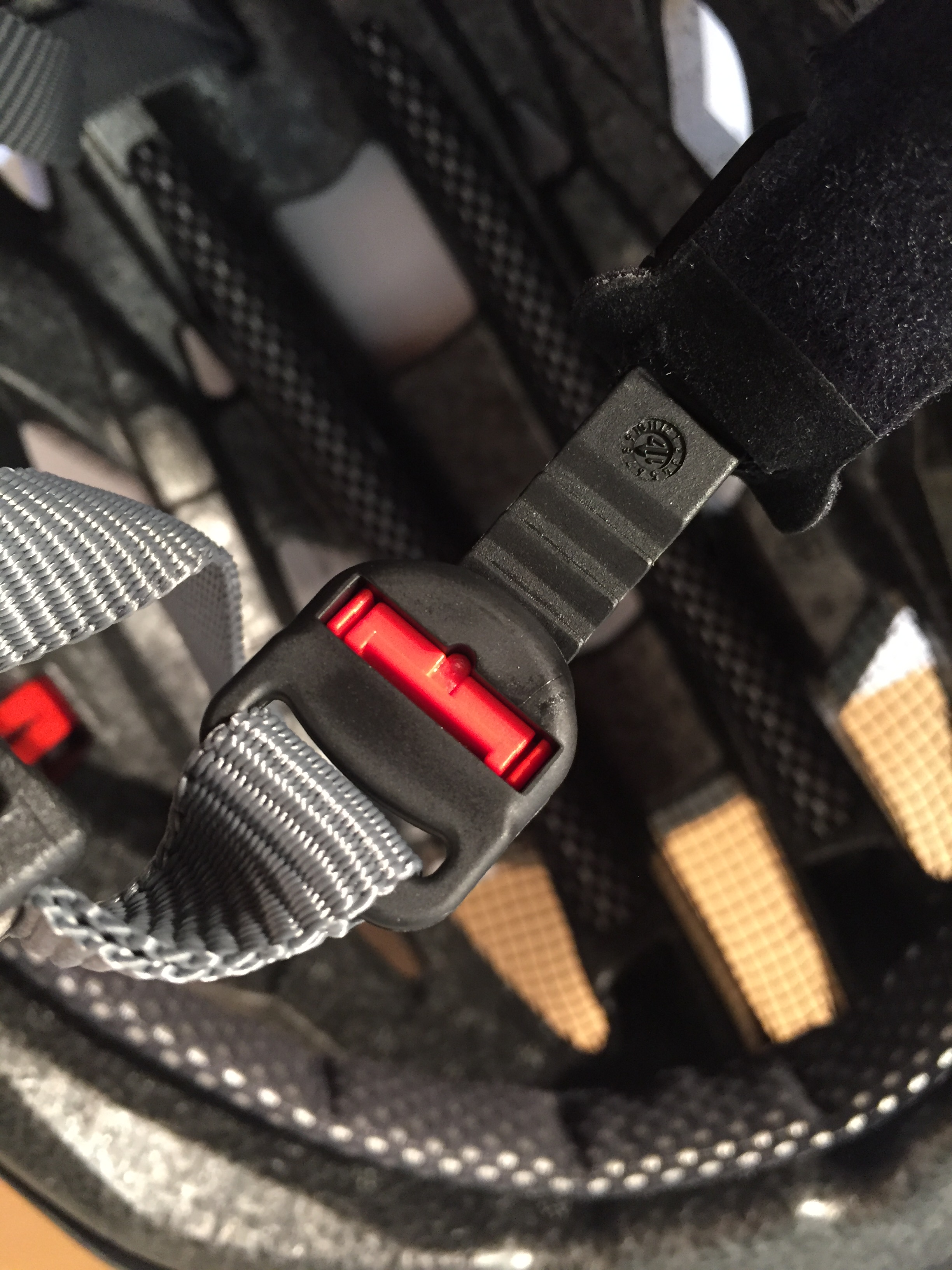 Das Verstellsystem für den Kinnbereich von unten zu sehen - mit nur einer Hand auf Knopfdruck zu bedienen
